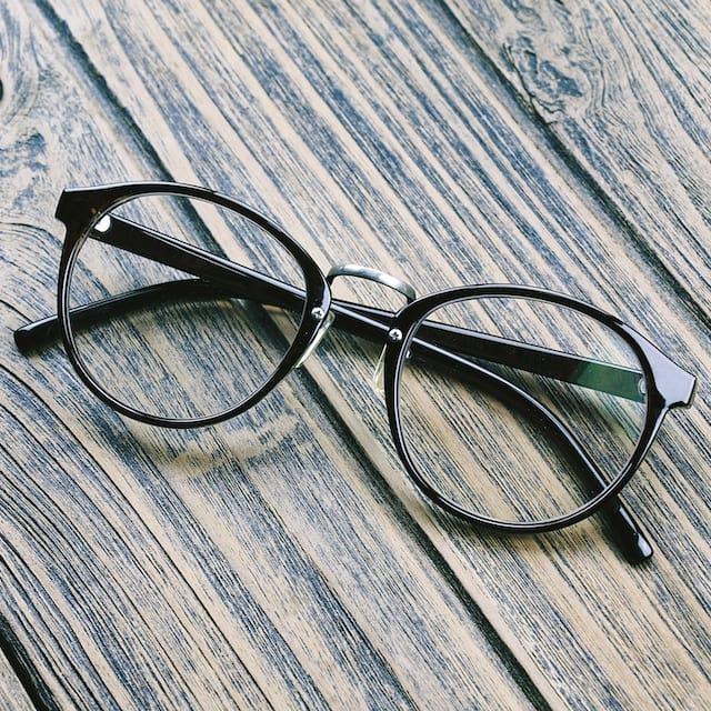 Schlichte schwarze Brille
